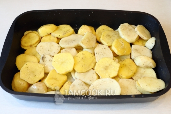 Уложить в форму слой картофеля