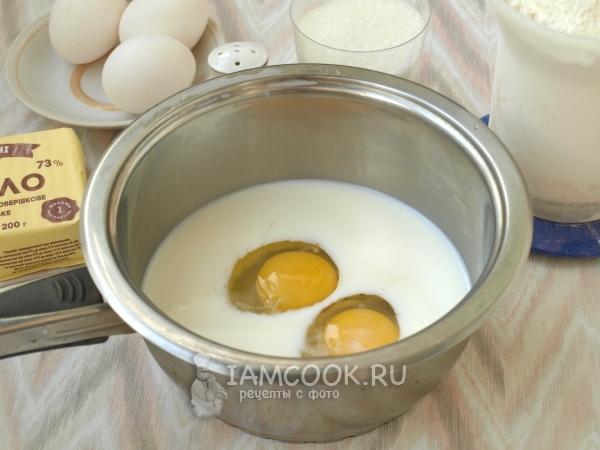 Соединить яйца с молоком