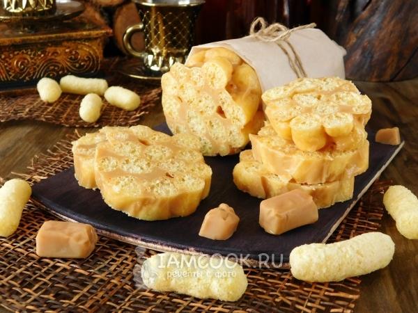 Фото колбасы из ирисок и кукурузных палочек