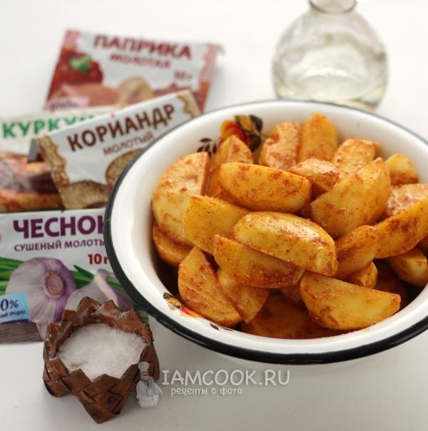 Соединить картофель со специями, солью и маслом