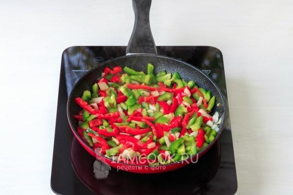 Обжарить перец с луком и чесноком