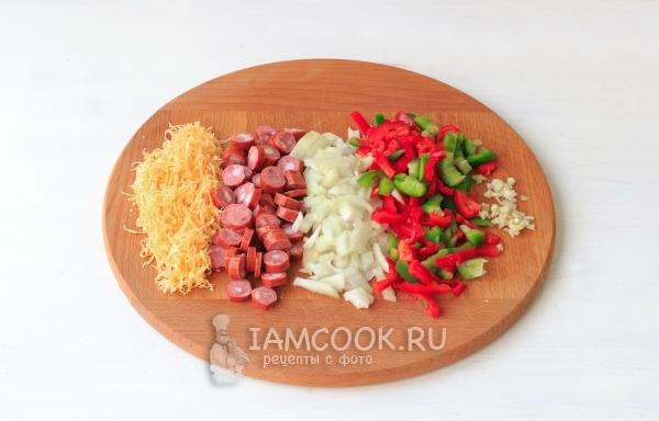 Порезать колбасу и овощи