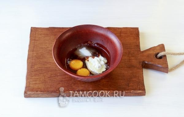 Соединить яйца, сметану и сахар