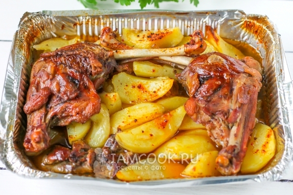 Фото картошки с уткой в фольге в духовке