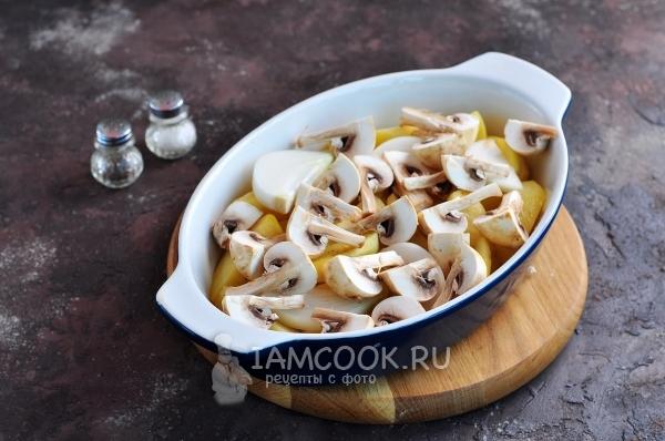 Положить на картофель грибы
