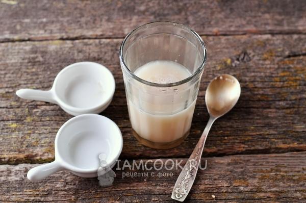 Соединить воду, дрожжи и сахар