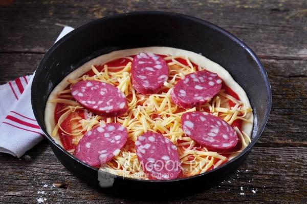 Положить сыр и кусочки колбасы