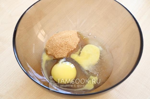 Соединить яйца, соль и сахар