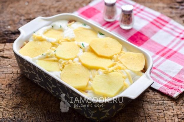 Положить на сыр картофель