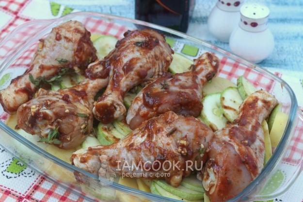Положить на овощи куриные голени