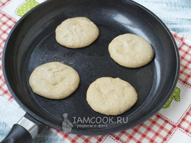 Налить тесто на сковороду