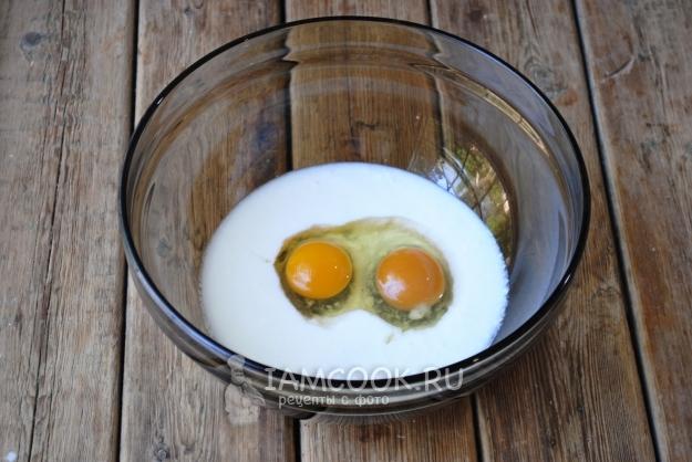 Соединить кефир и яйца