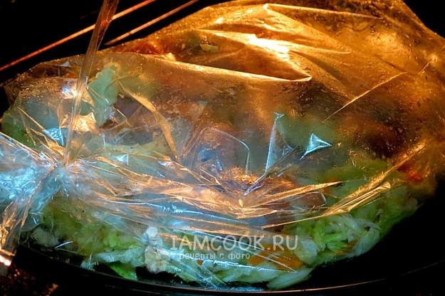 Положить овощи с курицей в рукав для запекания