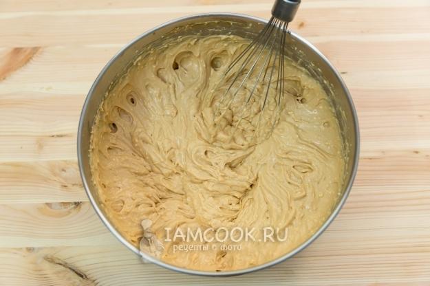 Взбить сметану со сгущенкой и сливочным сыром