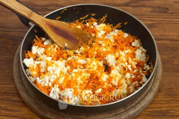 Размешать морковь с сыром