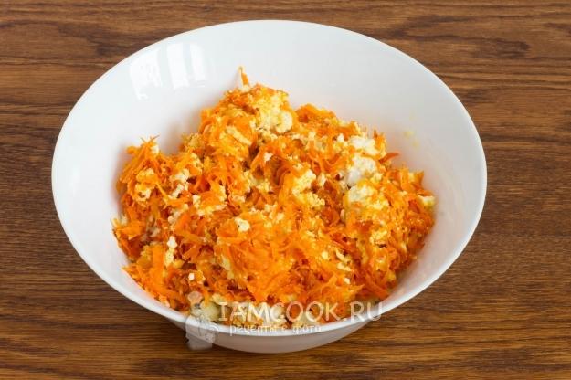 Добавить морковь с сыром