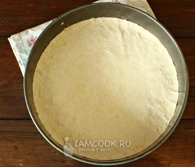 Выложить масляно-мучную смесь в форму