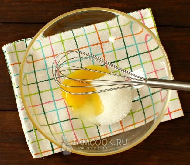 Соединить яйцо с сахаром