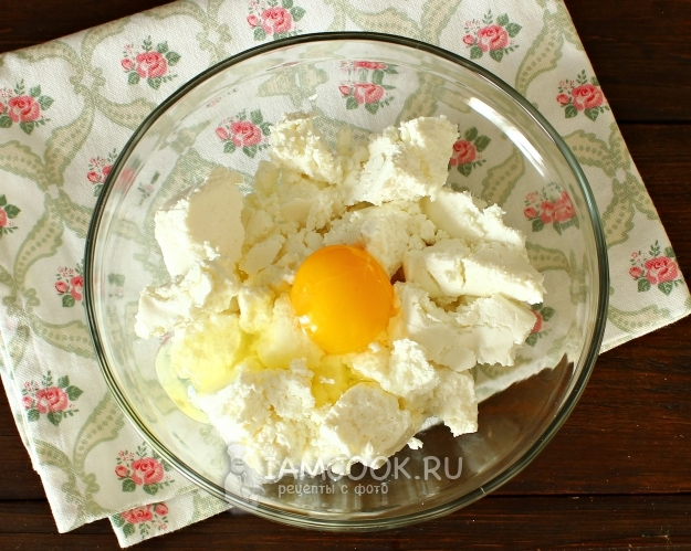 Соединить творог и яйцо