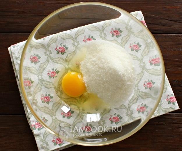 Соединить сахар и яйцо
