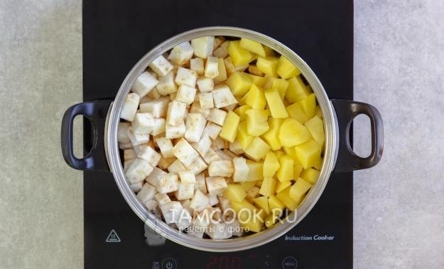 Положить сельдерей и картофель