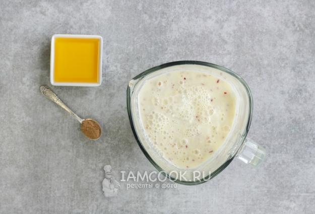 Положить мед и корицу