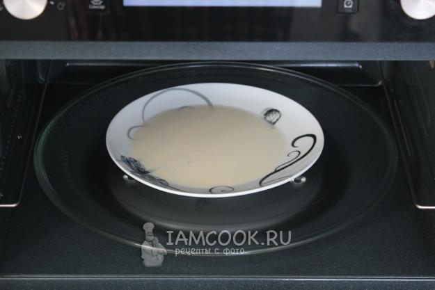 Налить на тарелку тесто