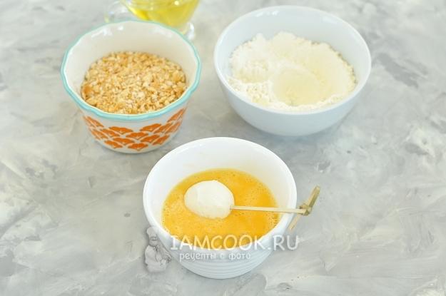 Обмакнуть сыр в яйцо