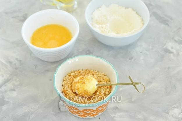 Обвалять сыр в сухарях