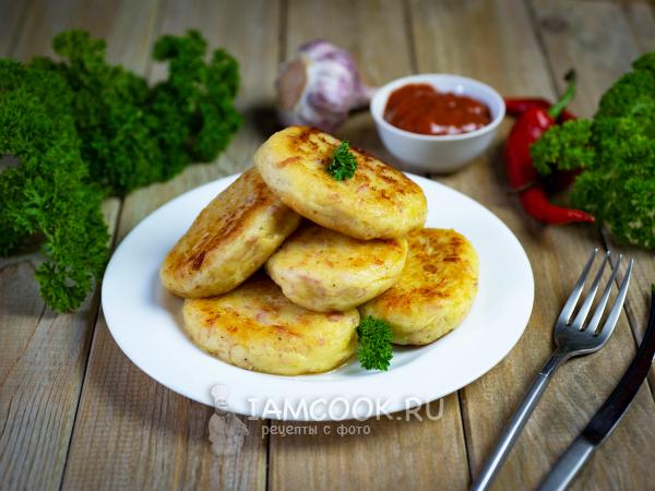 Картофельные котлеты с сыром и колбасой — рецепт с фото пошагово