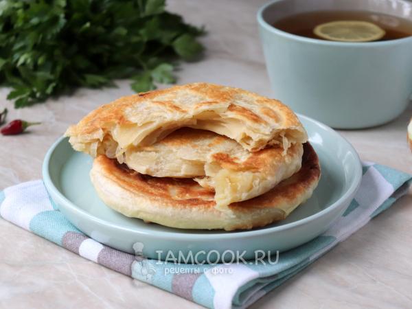 Слоеные лепешки с луком на сковороде — рецепт с фото пошагово