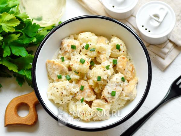 Тушеная цветная капуста с курицей в сметане на сковороде — рецепт с фото пошагово