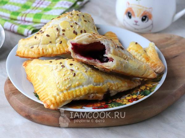 Слойки с замороженными ягодами (из готового слоеного теста) — рецепт с фото пошагово