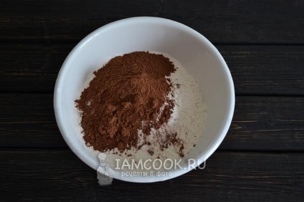Смешать муку и какао