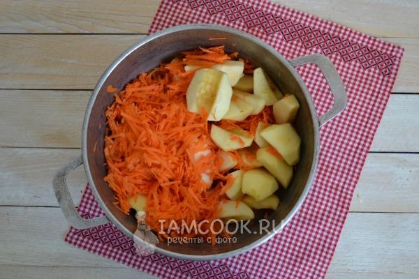 Натереть морковь и порезать яблоки