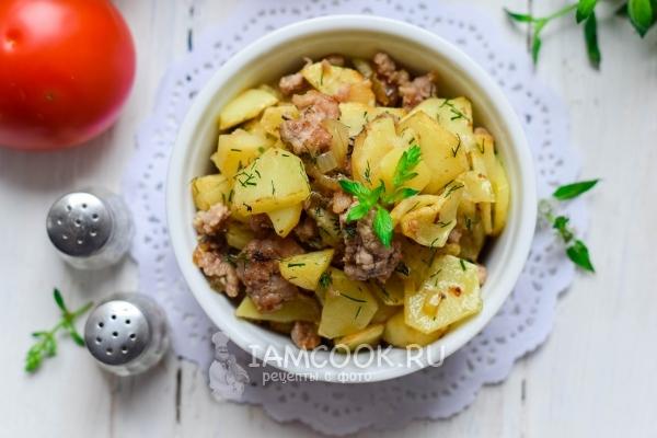 Фото жареной картошки с фаршем на сковороде