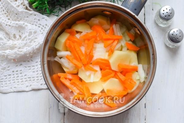 Положить лук и морковь