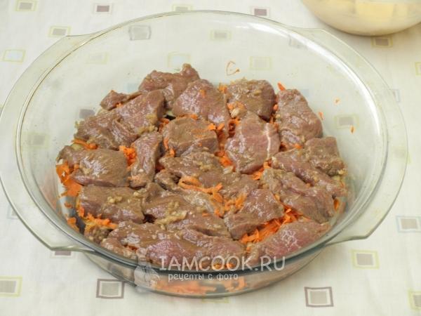 Положить на морковь мясо