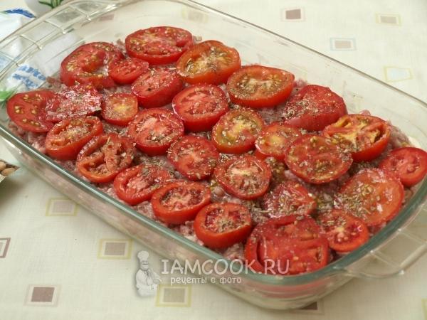 Положить помидоры на фарш