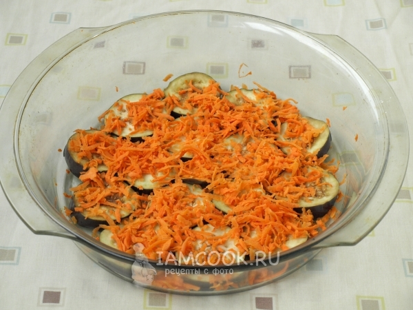 Выложить слой баклажанов и моркови