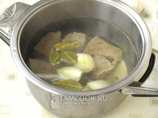 Положить лук, перец и лавровый лист