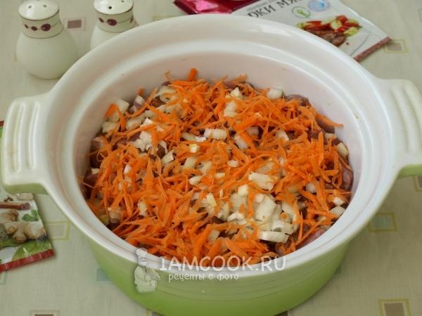 Положить на мясо лук и морковь