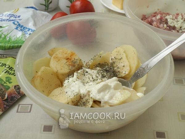 Соединить картофель, сметану и специи