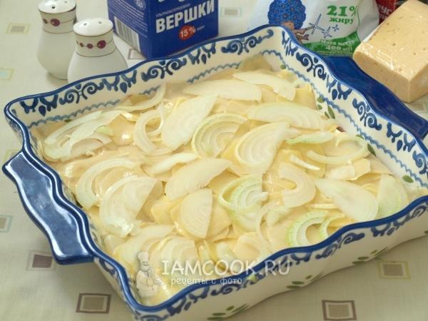 Выложить слой картофеля и лука