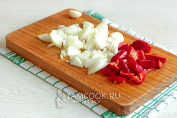 Порезать лук, чеснок и перец