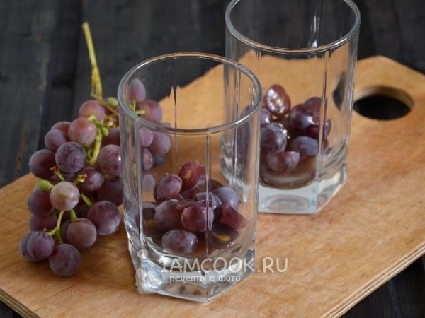 Положить в бокалы виноград