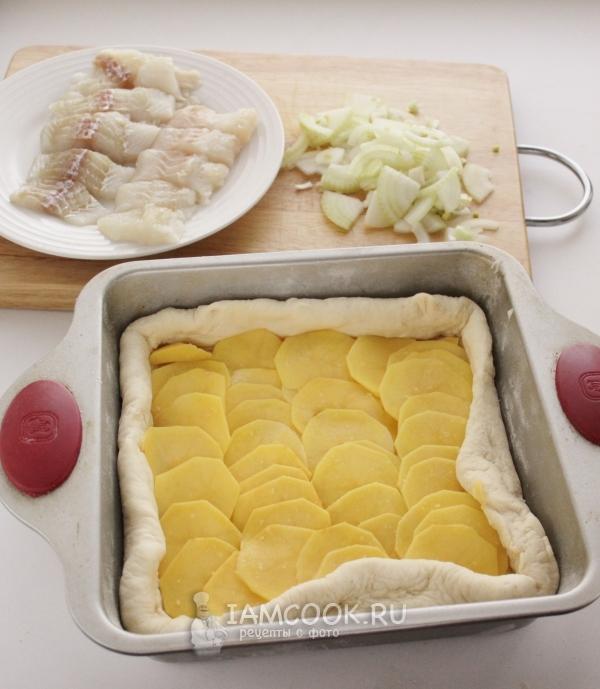 Положить на тесто картофель