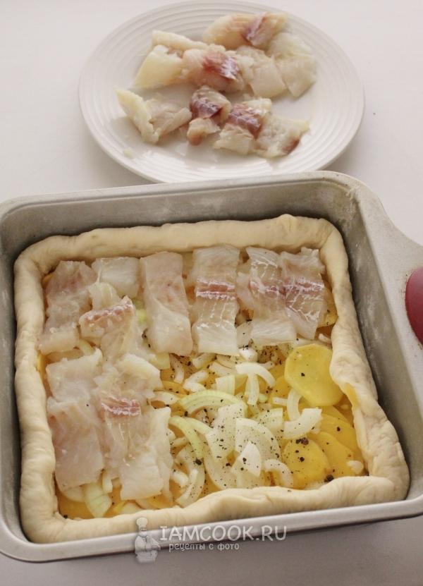 Положить на картофель лук и рыбу