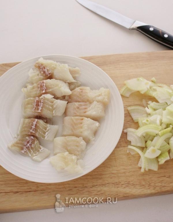Порезать рыбу и лук