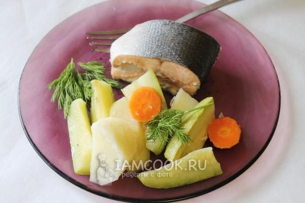 Готовая семга на пару с овощами